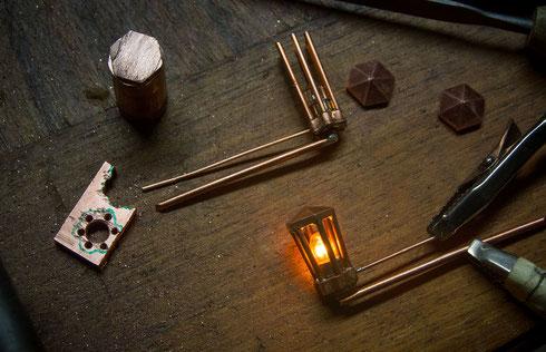 Hier entsteht eine besonders detailierte, 3-armige Laterne... Alle Teile sind aus Kupfer handgearbeitet!