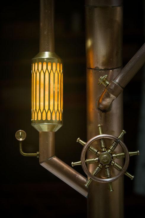 Hinter dem Blech befindet sich ein texturiertes Papier, welches von innen mit einer kleinen Glühbirne angestrahlt wird...