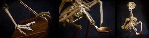 Hier noch einige Detailansichten: Die unterschiedlichen Füße und die fehlende Hand, die in klassischer Menschen-Manier durch einen rein zweckmäßigen Aschenbecher ersetzt wurde.