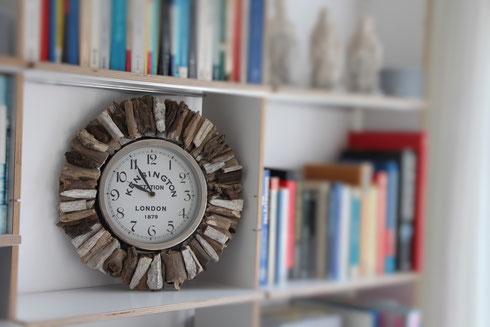 Uhr mit abnehmbarem Treibholzkranz zum Hinstellen in die Wohnwand und zum Aufhängen an die Wand