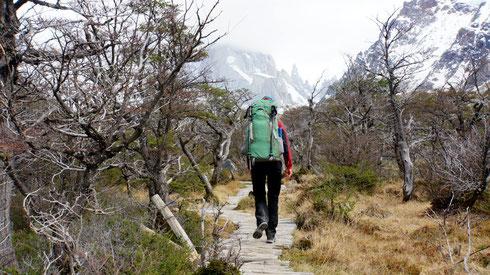 Am nächsten Morgen machen wir uns auf den Weg zum Cerro Torre. Leider ist es windig und kalt. Der Himmel ist wolkenverhangen und die Berge sind verschwunden.