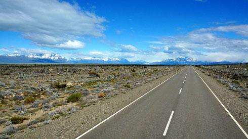 weiter geht es mit dem Bus nach El Chalten. Durch die endlose Steppe Patagoniens, immer geradeaus.