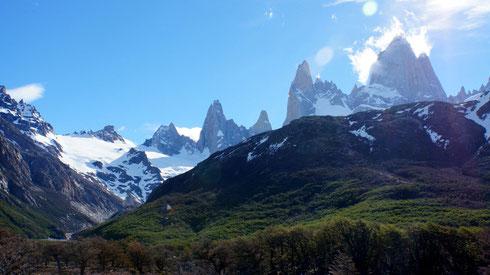 Der Gipfel des Fitz Roy ist mehr als 2600 m höher als der Zeltplatz. Die Entfernung zum Gipfel beträgt ca. 7 Kilometer. Man kann sich vorstellen welche Präsenz dieser Granitklotz in der Landschaft hat.