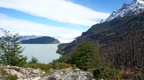 Endlich mal wieder Sonne! Blick auf den Lago Grey mit dem Glacier Grey, rechts liegt das Refugio Grey
