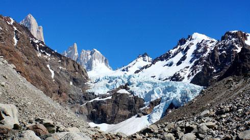 Glaciar Piedras Blancas. Ein sogenannter Hängegletscher der sich vom Fitz Roy ins Tal schiebt.