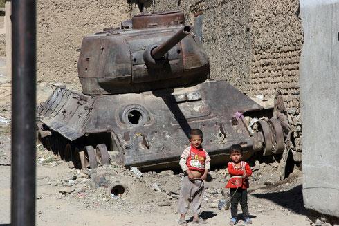 Die Jugend in Afghanistan steht heute mehr denn je vor einer ungewissen Zukunft. Zwei Kinder 2010 vor dem Wrack eines T 34-85 in der Ortschaft Anaba in der Provinz Pandschir. Kriegsschrott wie dieser ist allgegenwärtig am Hindukusch. Foto: Helmut Michelis