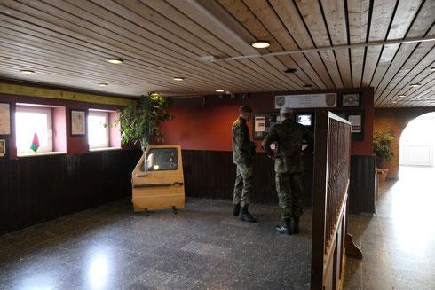 Brigadegerneral Matz im Vorraum des Oldernburger-Saales, links zu sehen ein Teil des Gelben Bandes