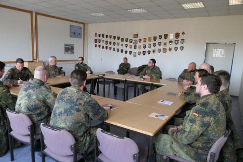 Generalleutnant Johann Langenegger im Gespräch mit den Soldaten des Fallschirmjägerregiment 31