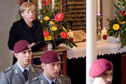 Bundeskanzlerin Angela Merkel am 9. April 2010 bei der Trauerfeier für die drei in Afghanistan gefallenen deutschen Soldaten in der St.-Lamberti-Kirche in Selsingen. Foto: Dana Kazda/Bundeswehr