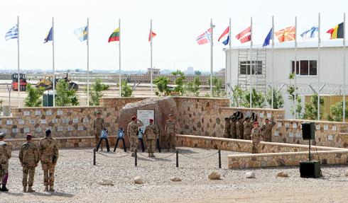 Enthüllung der Gedenktafeln am Ehrenhain in Mazar-e Sharif. Der Ehrenhain ist die Gedenkstätte, für die im Einsatz gefallenen Soldaten. Foto: Burkhard Schmidtke/Bundeswehr