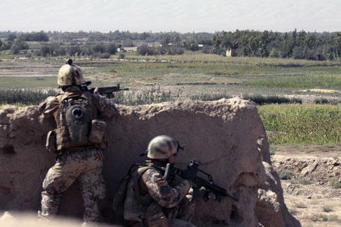 """Soldaten im direkten Feuergefecht, im NATO-Englisch """"Troops in Contact"""" (TIC), im September 2010 in Qala e Zal mit Bravo-Zug der Schutzkompanie Kunduz. Fotograf: Patrick von Söhnen/PIZ Heer"""
