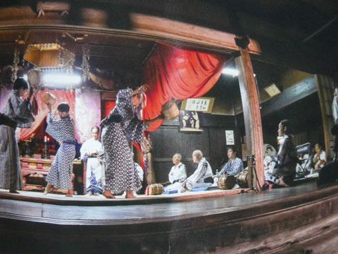 六斎念仏のリーフレットの写真から。2016年の踊り。