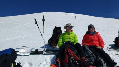 Mit uns kurz unterhalb des Gipfels, wir warten auf´s Auffirnen
