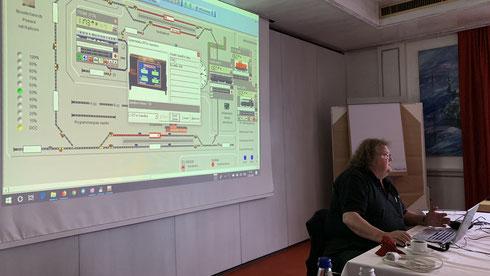Bernd stellt die Speedbox vor (oben) und demonstriert uns das Einmessen der Loks an Leinwand und Modulanlage (unten)
