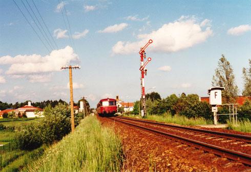 25. Mai 94, ca. 18:36 Uhr: 3-teiliger Schienenbus hat Einfahrt in Pfarrkirchen