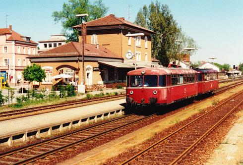 Dienstag, 3. Mai 94: Der 2-teilige Schienenomnibus (Zugnr. 6906) wartet in Pfarrkirchen auf Gleis 3 auf die Abfahrt in Richtung Mühldorf (vorne der Steuerwagen 998 654-8 und hinten schiebt der Motorwagen 798 647-4)