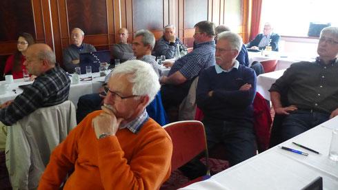 23 Teilnehmer lauschen interessiert Bernds Ausführungen