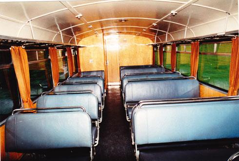 26. Mai 94: Inneneinrichtung eines Steuerwagens (Tür führt zum Gepäckabteil)