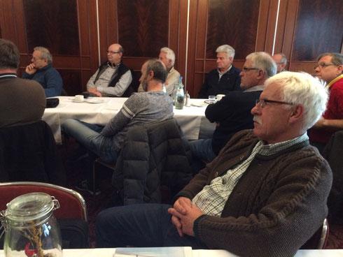 22 Teilnehmer lauschen interessiert Bernds Ausführungen