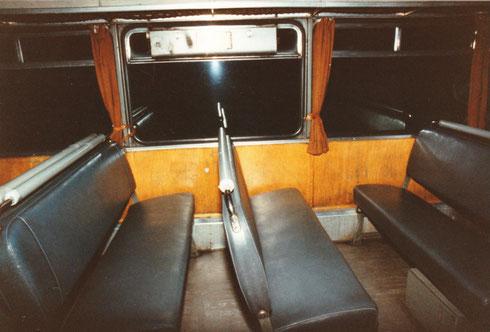 Die Lehnen der Sitzbänke lassen sich ganz leicht von den Gästen umklappen (siehe oben und unten)