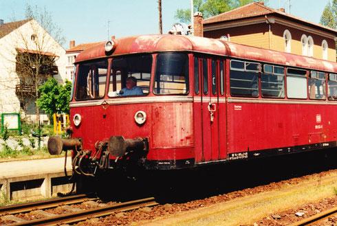 PAN Gl.3 14:56, 3. Mai 94: Steuerwagen 998 654-8 (Lokführer im Gepäckabteil)