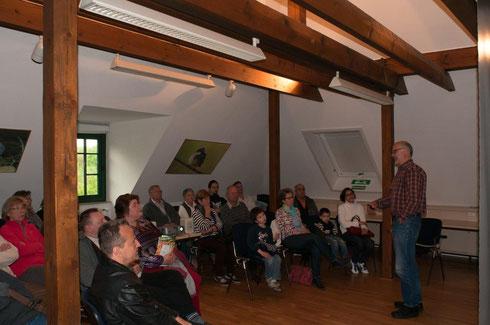 Helmut Kessen erklärt in der Biologischen Station die Welt der Bienen.
