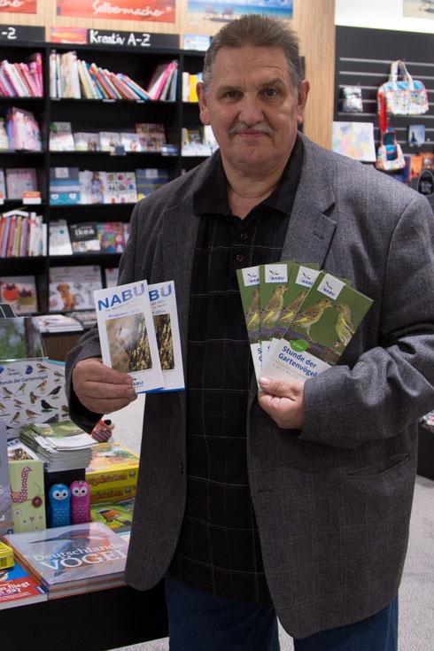 Norbert Kilimann, Vorsitzender des NABU-Herne, mit Infomaterial zur Stunde der Gartenvögel, die in einigen Herner Geschäften ausliegen.