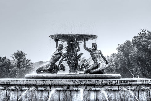 Tritonbrunnen-in-Valletta-monochrome