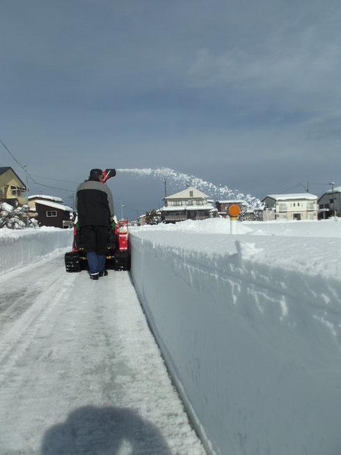 青空の中除雪の後が映える