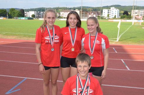 Ariana Brügger, Jael Concu, Nora Hochuli; vorne: Silvan Brügger