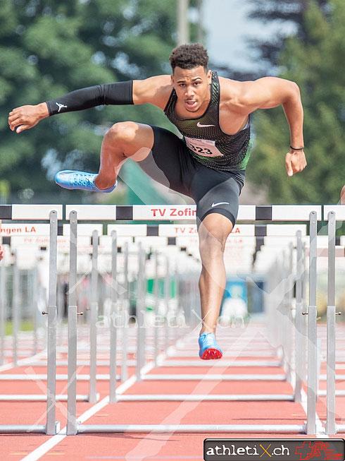 Joseph Jason (LC Therwil, SUI, #323) im 110 m Huerden Rennen