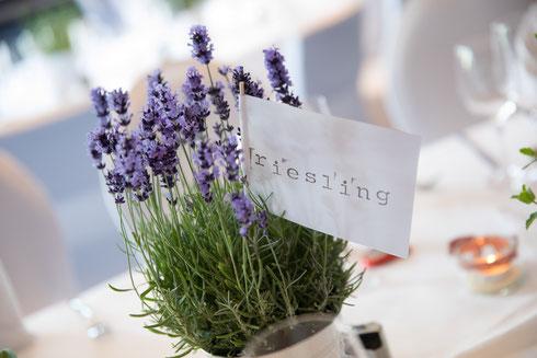 Eine Juni-Hochzeit mit Lavendeldeko im Moods in Heidelberg - Foto: Konrad Gös, Heidelfoto.