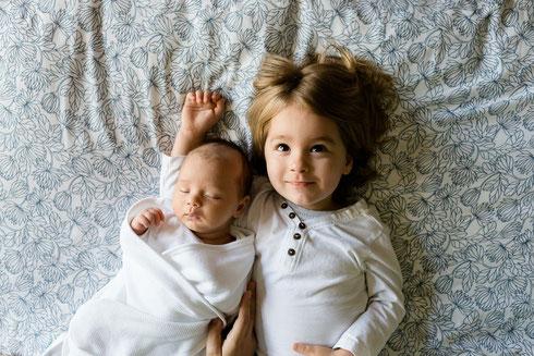 Auch Geschwister lassen sich ganz wunderbar in eine Baby Willkommensfeier einbinden - es ist immer ein Fest für die ganze Familie!