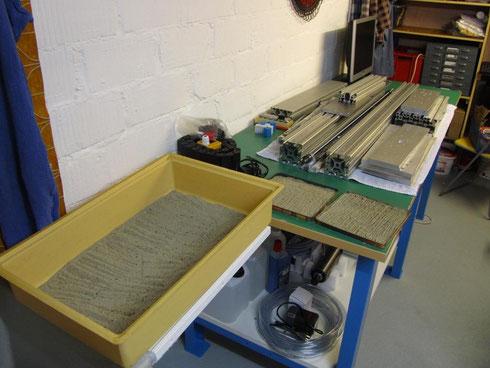 Tisch mit diversen Bauteilen