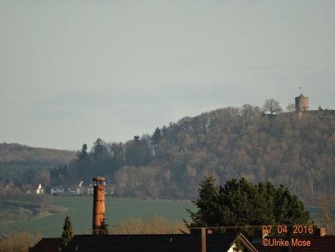 Unser Schreinereischornstein mit liegendem Storch, vom Ederhorst aus fotografiert. Im Hintergrund rechts, die Hohenburg in Homberg.