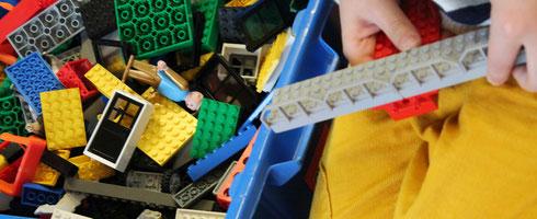 Kind beim Lego-Spielen