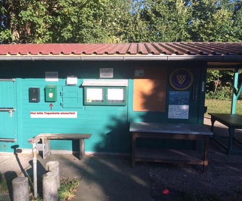 Fischerhütte Weiher 1 mit Briefkasten für Tageskartenrückgabe