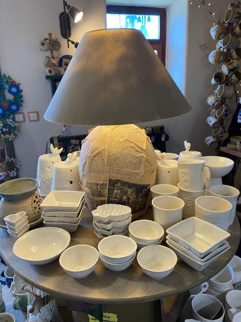 Deštné varpų dirbtuvėje galima įsigyti ir keramikos gaminių