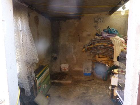 Die Decke muß herunter geholt werden und die Wände sollen isoliert werden damit ich nicht so viel heizen muß. Der Schuppen ist 3x so groß wie das Pfannkuchenhaus. Eher noch etwas größer.