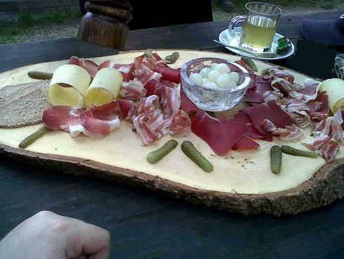 L'Assiette Valaisane : fromage, cornichons, petits oignons, pain de seigle, viande des grisons et lard... (photo de Philippe Raggi)