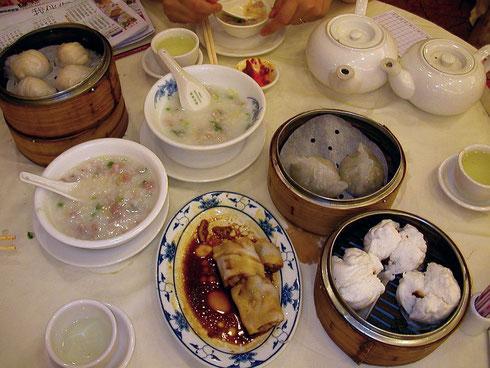 Dim Sum : Dans l'ordre, de gauche à droite : Xia jiao, Jiu cai jio, Cheong fun, Chao shao bao, le tout accompagné de congee et de thé au jasmin