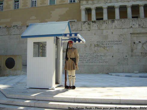 Evzone devant le palais national à Athènes