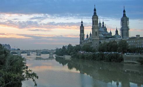 Saragosse : La basilique du Pilar et l'Èbre.
