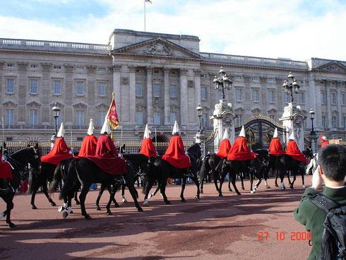 La relève de la garde devant Buckingham Palace