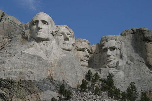 Le Mont Rushmore, représentant les 4 présidents les plus marquants de l'histoire américaine Georges Washington, Thomas Jefferson, Theodore Roosevelt et Abraham Lincoln (représentés de gauche à droite). La sculpture de cette montagne se fit de 1927 à 1941.