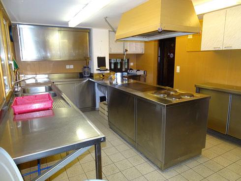 Die Küche, voll eingerichtet, mit Holz und/oder Elektroherd, um für die Verpflegung zu sorgen (Das NFH ist unbewirtet)