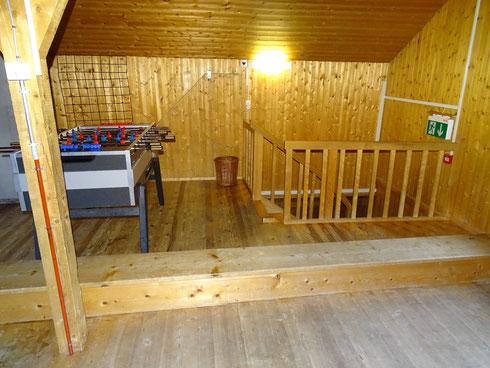 """Dachboden mit Tischfussball, """"Chillecken"""" (2 Sofas) und Übungsbestuhlung"""