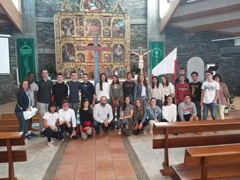 Jóvenes de Cristo Redentor con la Cruz de la Lampedusa