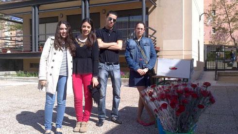 Jóvenes vendiendo claveles el Día de la Madre