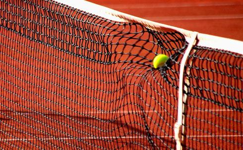 Tennisball verformt dynamisch das Netz. Die Energie des Schlages wird sichtbar. Foto: Tobias Bunners